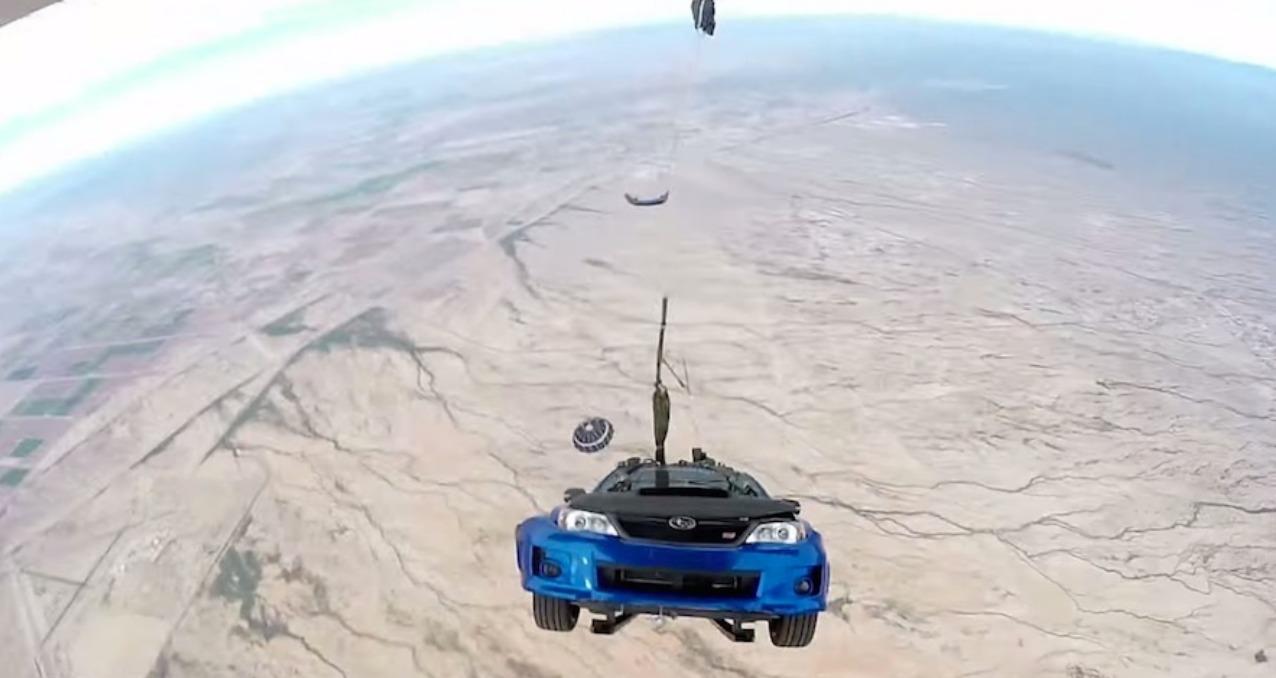 ワイルドスピードSKY MISSIONで車が輸送機から落下するシーン