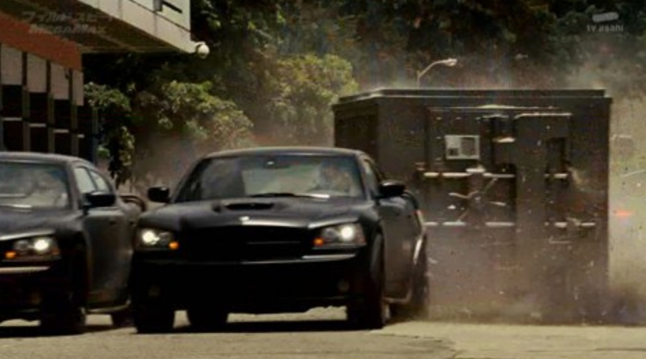 ワイルドスピードMEGAMAXでダッジチャージャーが街中をカーチェイスするシーン